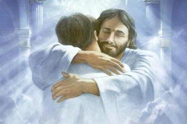Jesus umarmt einen Mann vor einem erleuchteten Tor