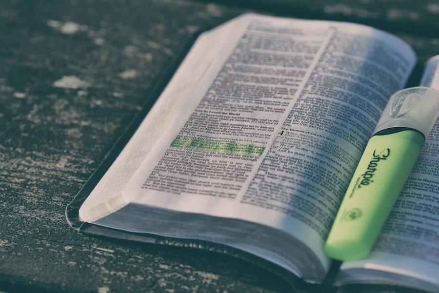 Bibel auf einem Tisch mit markiertem Text
