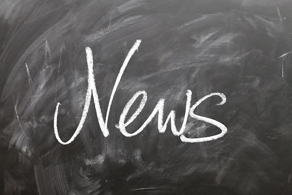 Wort News mit Tafel auf Kreide geschrieben